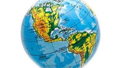 تدور الأرض حول خط وهمي يمر بمركزها يسمى المحور