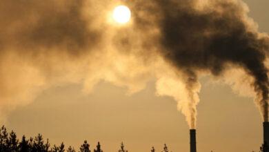 أي مما يأتي يعد شكلاً َمن أشكال تلوث الهواء الناتج عن تفاعل ضوء الشمس مع الغازات المنبعثة من احتراق الوقود
