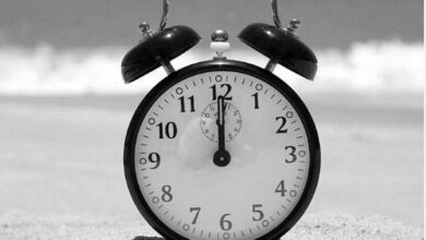 خلال زمن قدره ساعة تتساوى الإزاحة الزاوية لكل من عقرب الساعة، وعقرب الدقائق ؟