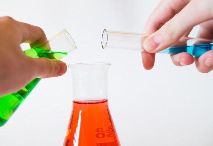 وجدت هند في مختبر المدرسة كأسين زجاجيين في كل منهما محلول شفاف وأرادت أن تعرف أي منهما محلول حمضي وأي منهما محلول قاعدي فأحضرت ورقة تباع شمس زرقاء ووضعتها في أحد المحلولين فتحول لونها إلى الأحمر فاستنتجت أن هذا هو المحلول الحمضي هل ماتوصلت إليه هند صحيح؟